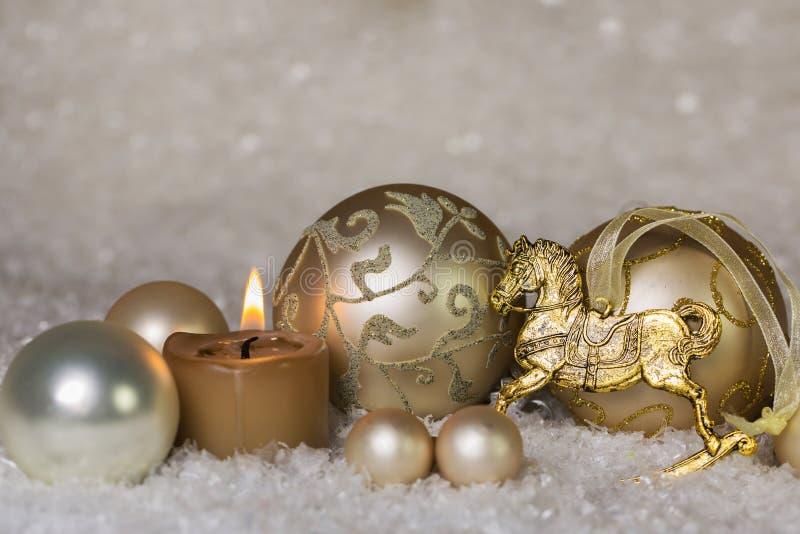 在白色的欢乐古典圣诞节装饰和金子与ho 免版税库存照片