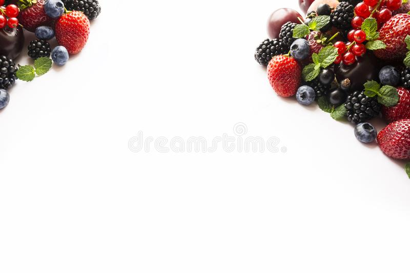 在白色的混合莓果 莓果和果子与拷贝空间文本的 黑蓝色和红色食物 成熟黑莓,蓝莓, stra 库存照片