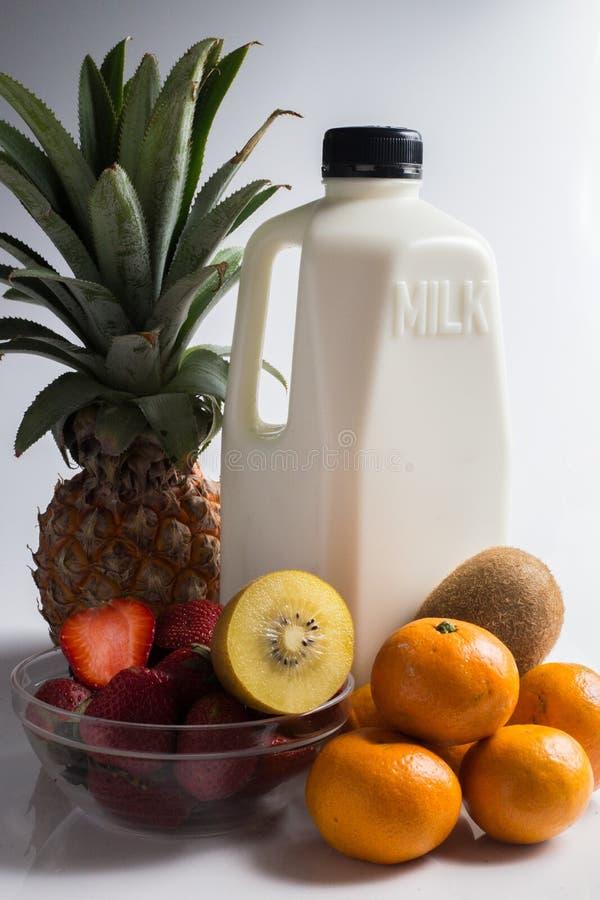 在白色的牛奶和混合果子 免版税图库摄影