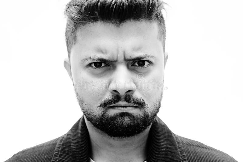 在白色的特写镜头演播室画象人恼怒的面孔表示 免版税库存照片