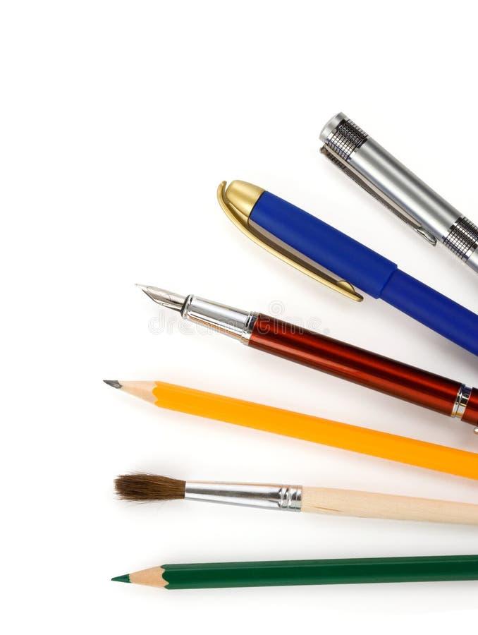 在白色的笔和铅笔 免版税库存照片