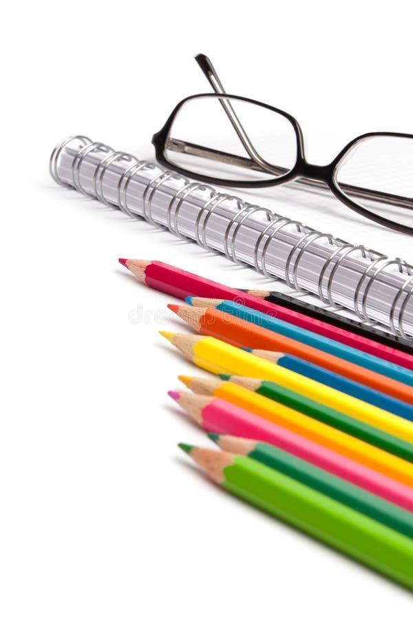 在白色的笔记本玻璃和笔 免版税图库摄影