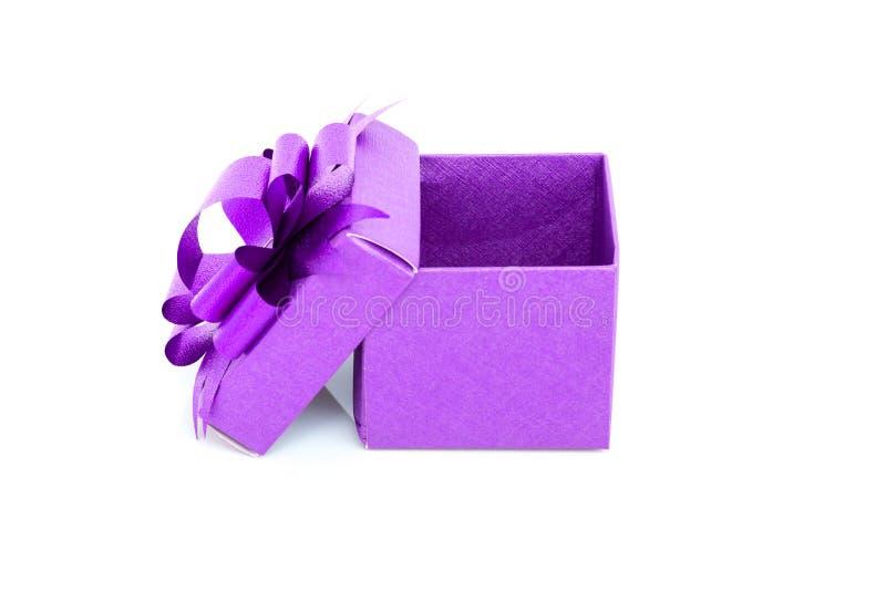 在白色的紫色箱子 免版税库存图片