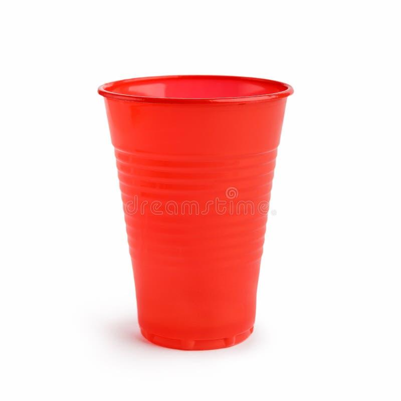 在白色的红色塑料杯子 免版税库存图片