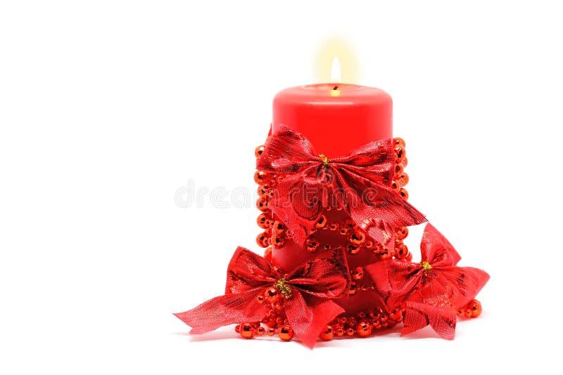 在白色的红色蜡烛 免版税库存照片