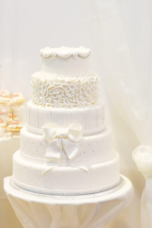 在白色的美丽的婚宴喜饼与五个不同水平。 免版税库存图片