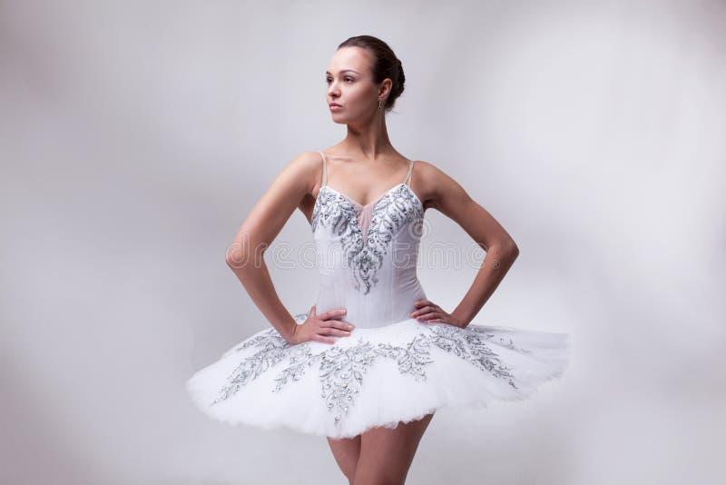 在白色的美女跳芭蕾舞者 免版税库存图片