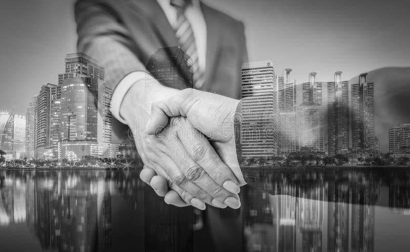 在白色的背景商业查出的人 企业握手和商人城市bac的 库存照片