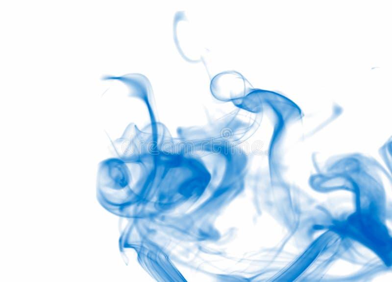 在白色的蓝色烟,明亮的抽象背景 免版税库存图片
