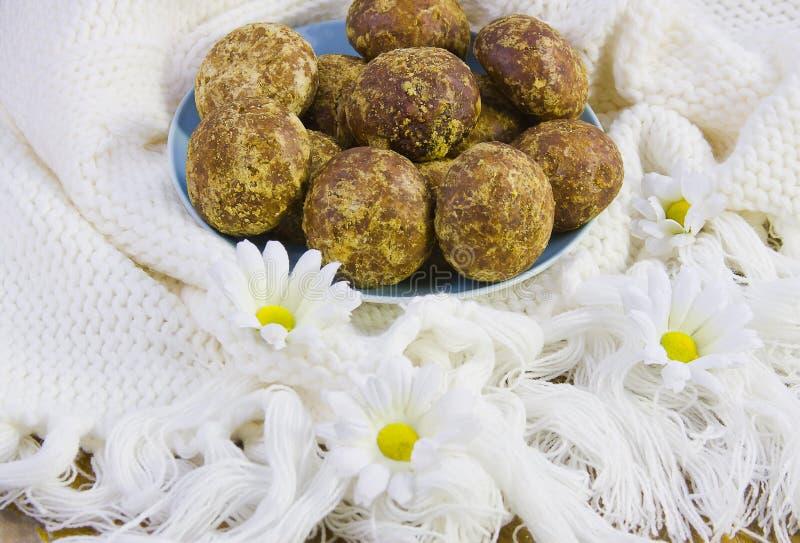 在白色的蛋糕编织了与边缘和花的织品 库存照片