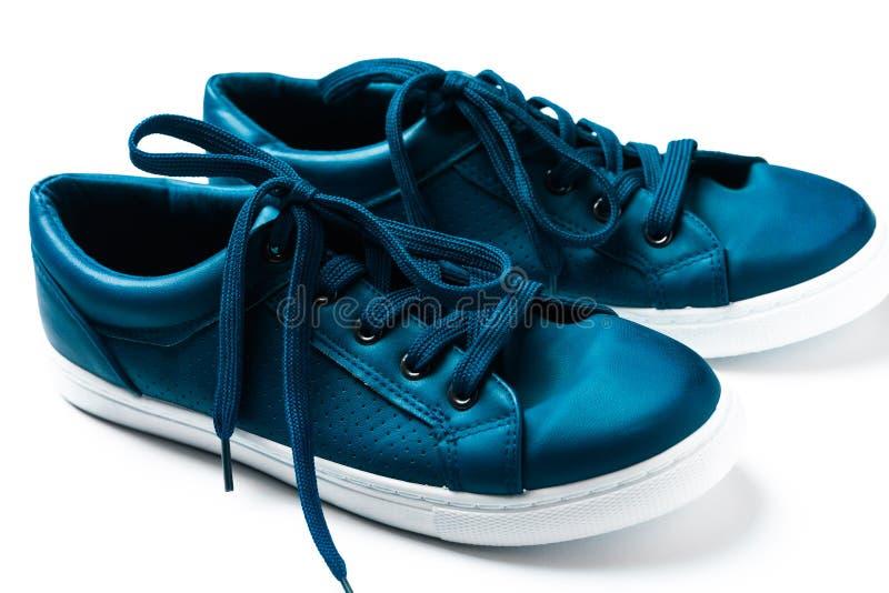 在白色的F蓝色运动鞋 免版税库存图片