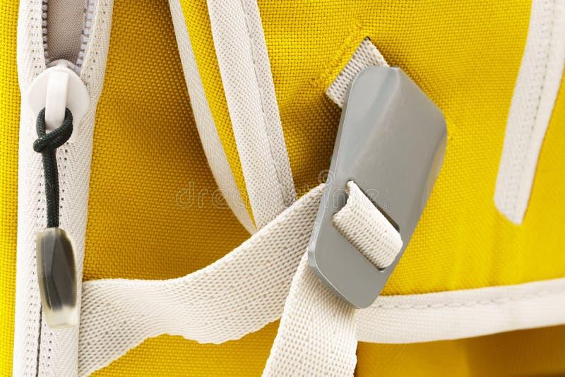 在白色皮带的锁着的灰色金属扣 免版税库存图片