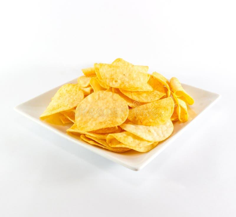 在白色盘的土豆片 库存图片