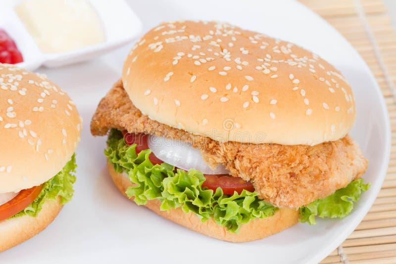 在白色盘的汉堡包 免版税库存照片