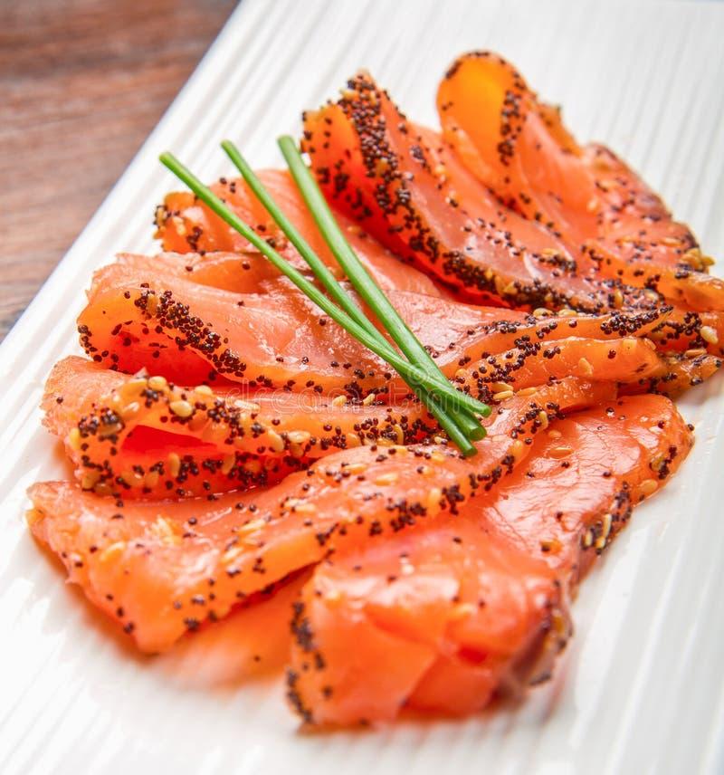 在白色盘的熏制鲑鱼用香葱 库存照片