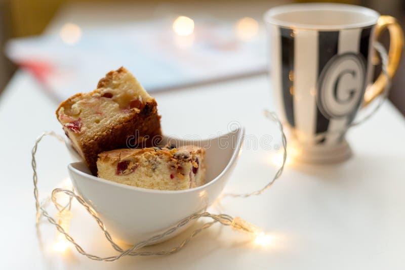 在白色盘的蔓越桔饼和茶杯在背景中 库存照片