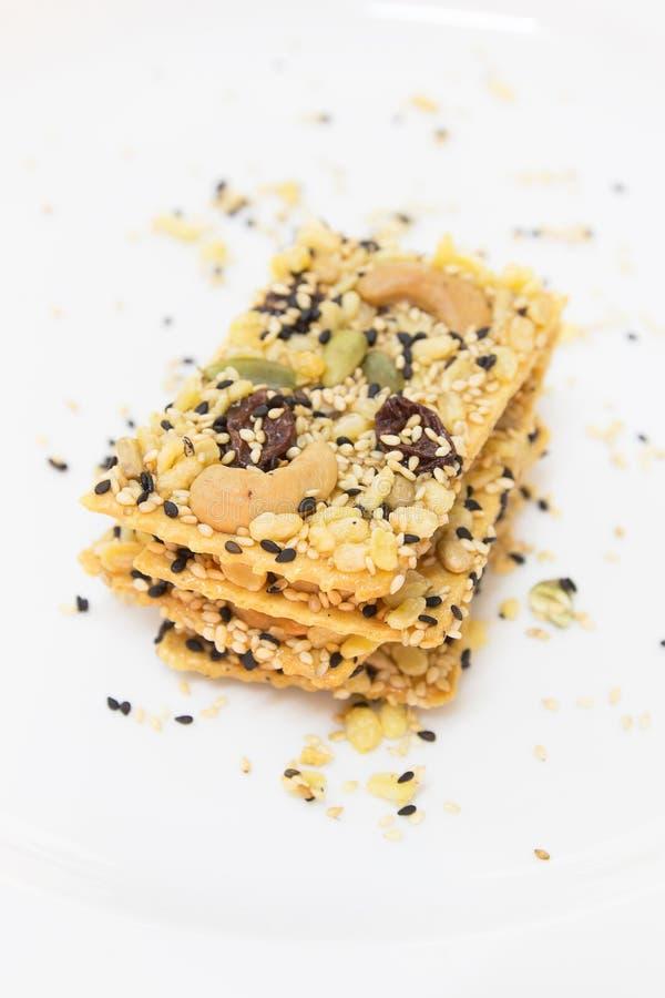 在白色盘的谷物薄脆饼干 图库摄影