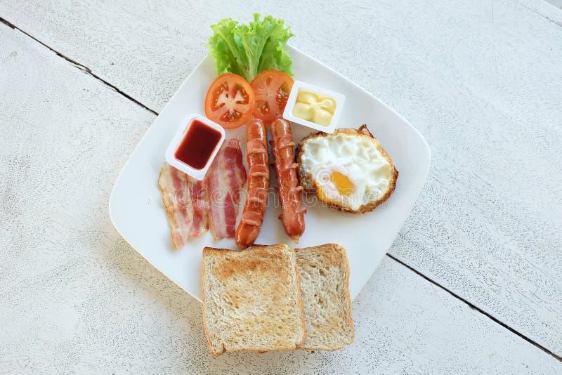 在白色盘设置的早餐 免版税库存图片