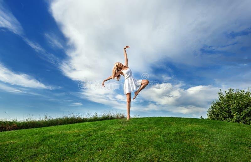 在白色短的dres的妇女跳舞 免版税图库摄影