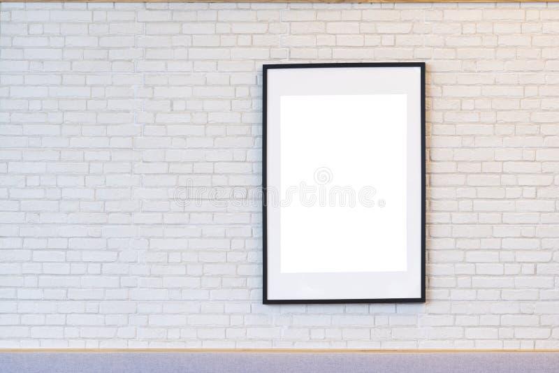 在白色砖墙上的现代黑相框 库存照片