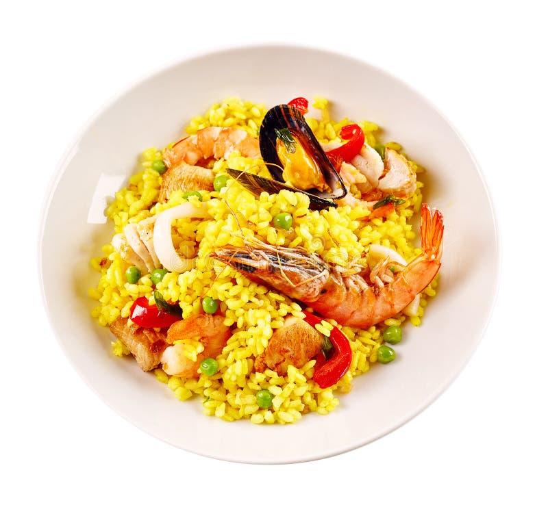 在白色碗的传统西班牙海鲜肉菜饭 免版税库存图片
