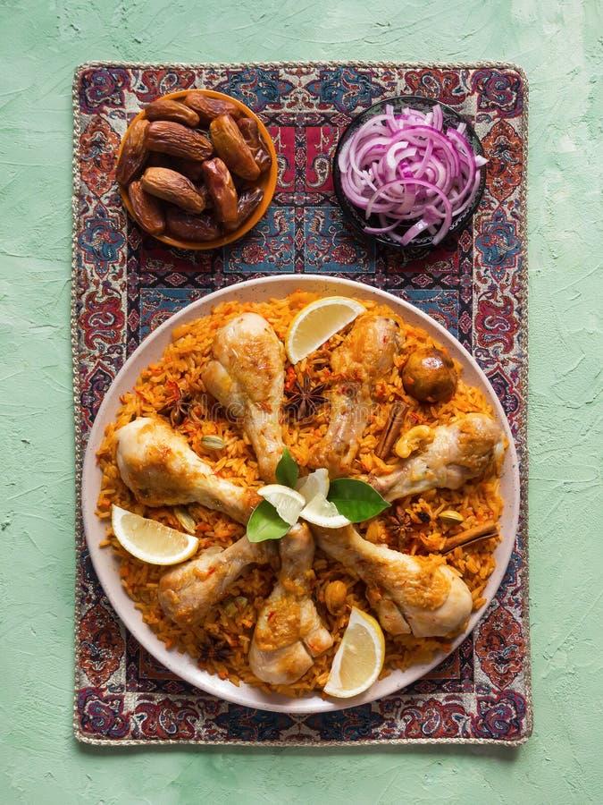 在白色碗的可口辣鸡Biryani在黑背景,印度或者巴基斯坦食物 免版税库存图片
