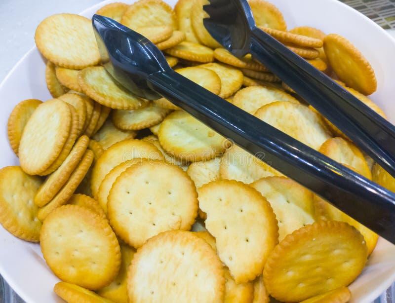 在白色碗的咸薄脆饼干 免版税库存图片