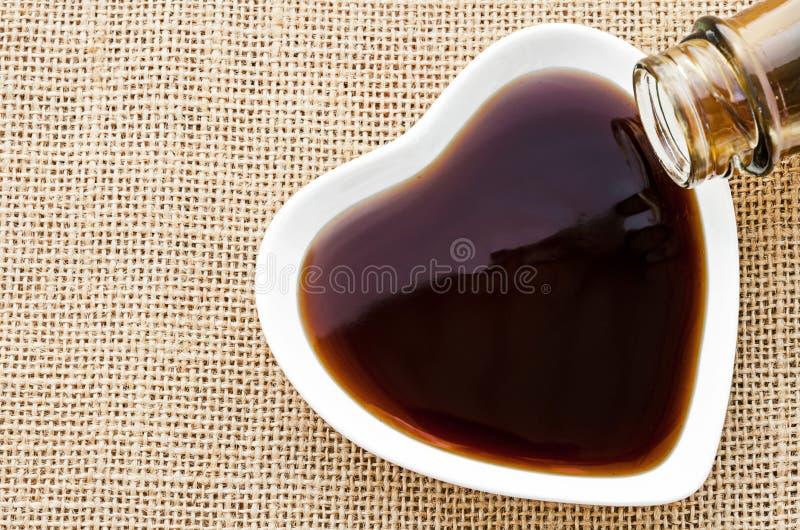 在白色碗的牡蛎调味汁 免版税库存图片