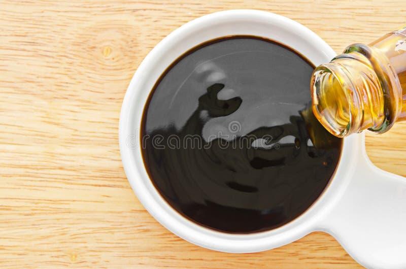 在白色碗的牡蛎调味汁 库存照片
