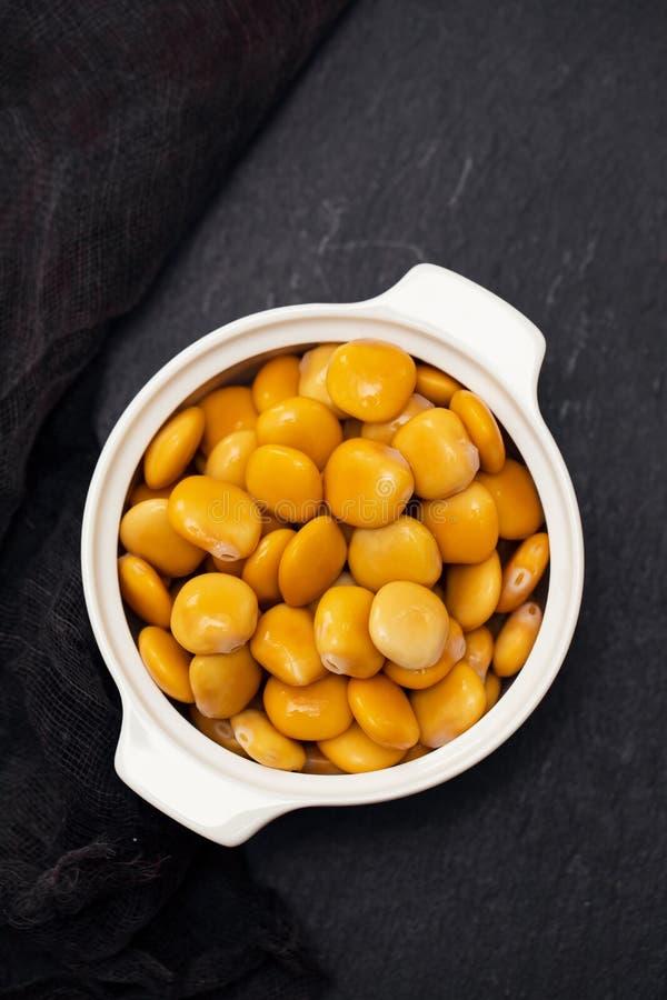 在白色碗的盐味的羽扇豆 库存图片