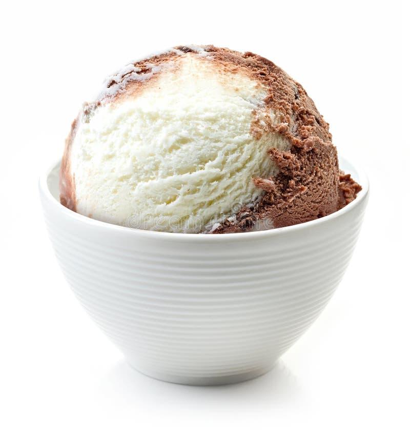 在白色碗的香草和巧克力球 免版税库存图片