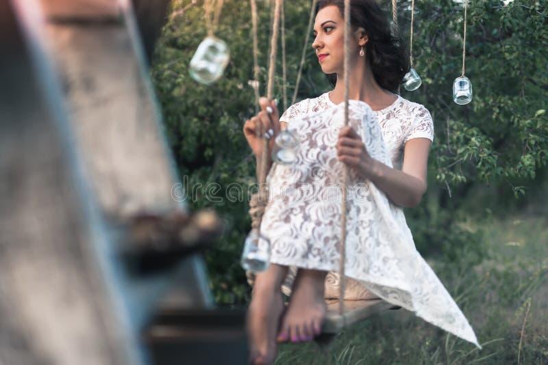 在白色礼服打扮的年轻新娘得到婚姻 免版税库存照片