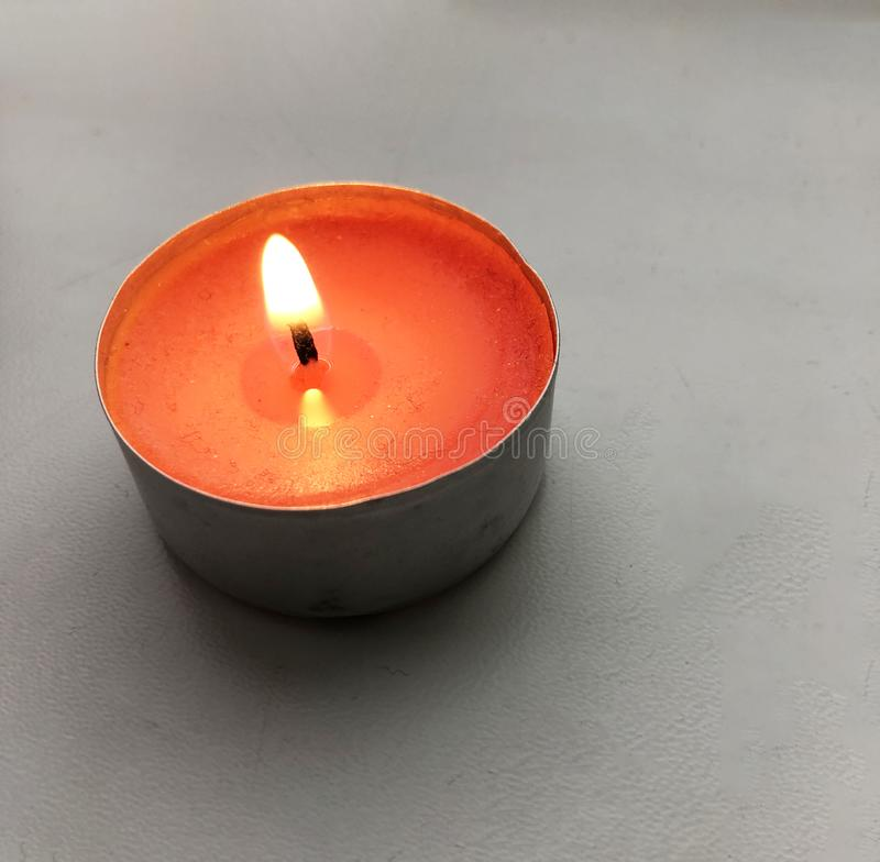 在白色窗台的燃烧的红色蜡烛 免版税图库摄影