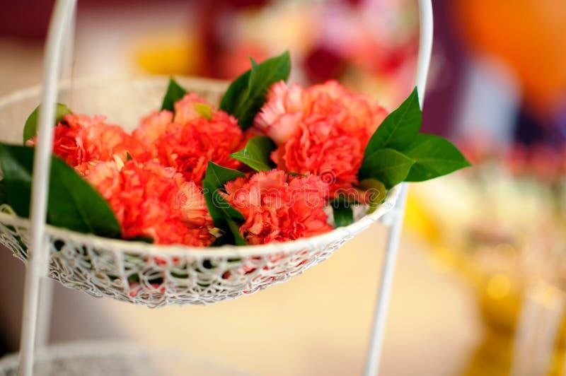 在白色立场的装饰的花在仪式或婚礼之日 免版税库存图片