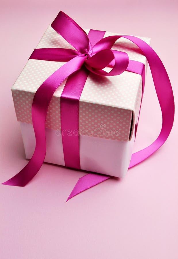 在白色箱子和圆点盒盖的美丽的桃红色当前礼品。 库存图片