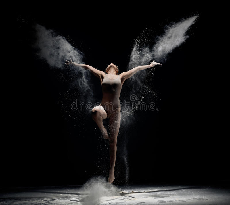 在白色粉末云彩的苗条女孩跳舞 库存图片