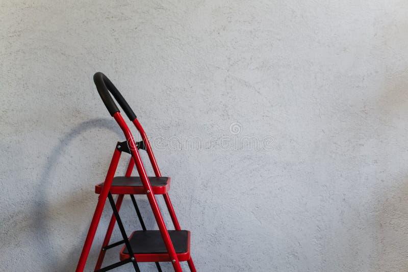 在白色织地不很细背景的红色whith黑色台阶 免版税库存图片
