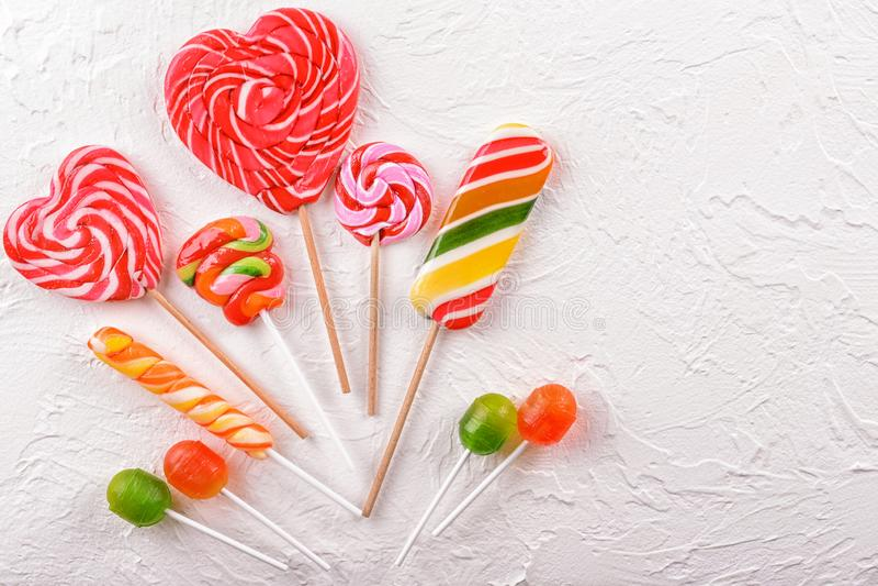 在白色织地不很细背景,顶视图的五颜六色的糖果 库存图片