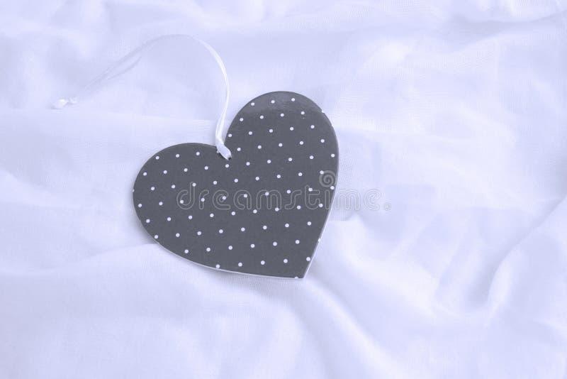 在白色缎的心脏 从男朋友或丈夫,概念的私有礼物为情人节 复制空间 文本的空位 特写镜头, 免版税库存图片