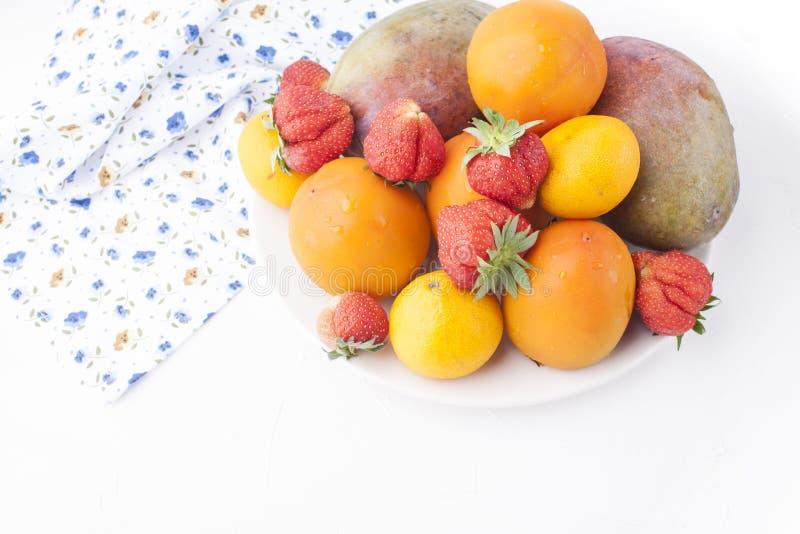 在白色背景、杏子、芒果和莓果的不同的果子 文本的空位 顶视图 库存图片