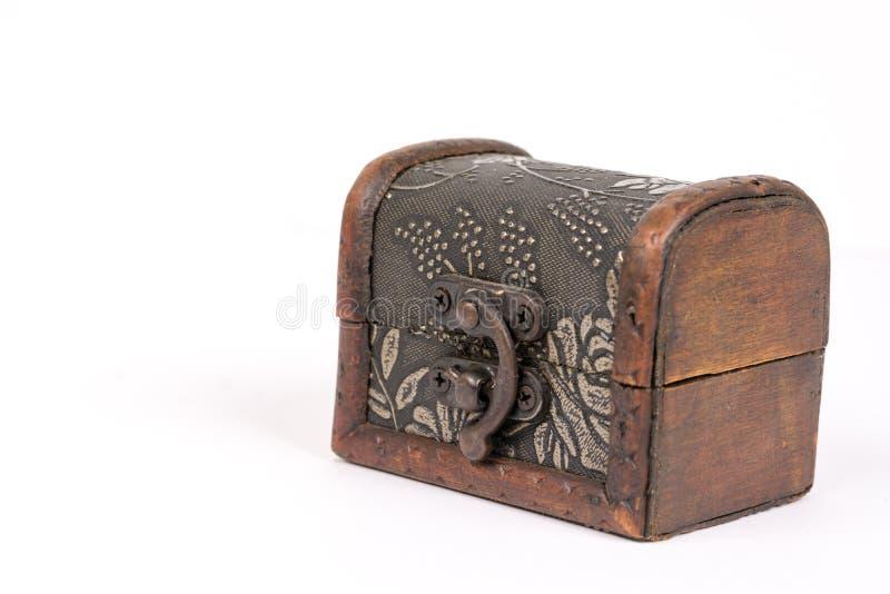 在白色背景上被隔绝的古色古香的土气棕色木棺材 免版税库存照片