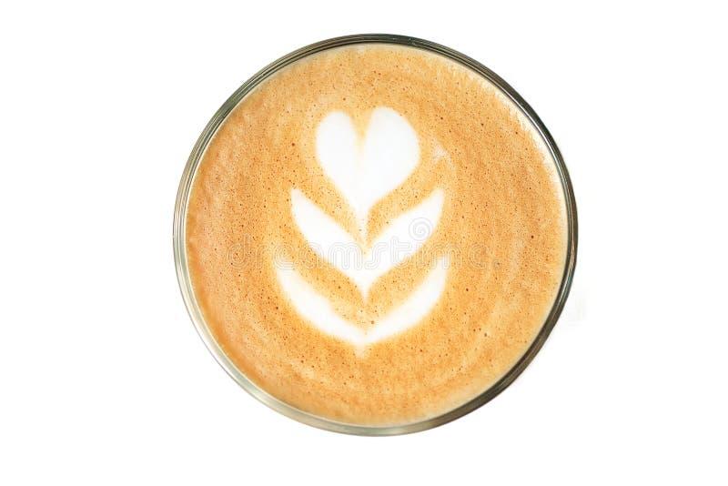 在白色背景与拿铁艺术的隔绝的咖啡的接近的图象 免版税库存照片