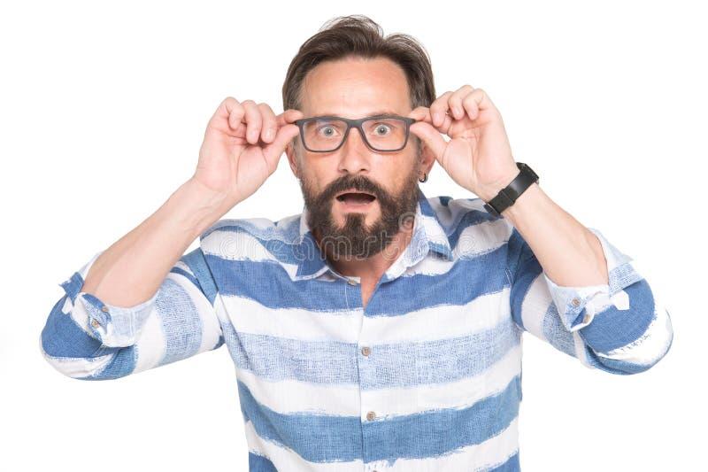 在白色背景与震惊,惊奇表示隔绝的玻璃的人 沮丧的有胡子的年轻英俊的人 人惊奇了 免版税库存图片