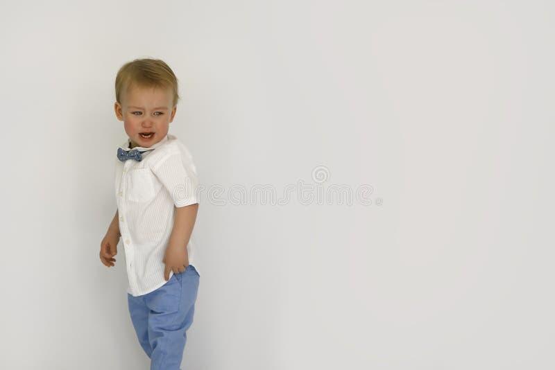 在白色背景中隔绝的小男孩哭泣 免版税图库摄影
