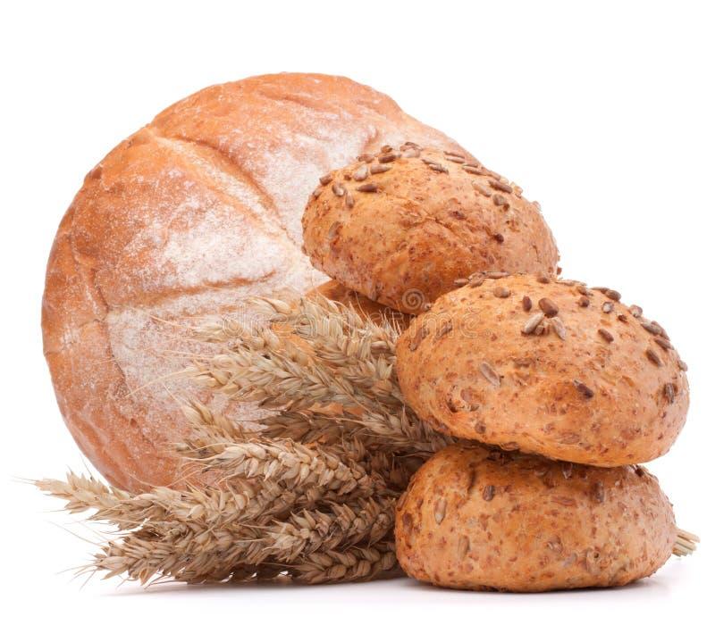在白色背景保险开关隔绝的新鲜面包和面粉大袋 库存图片