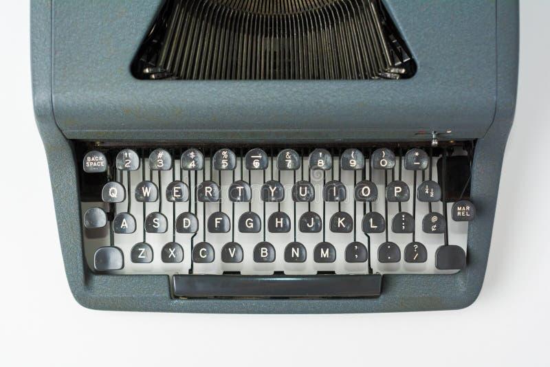 在白色背景关闭的古色古香的打字机在钥匙 免版税库存照片