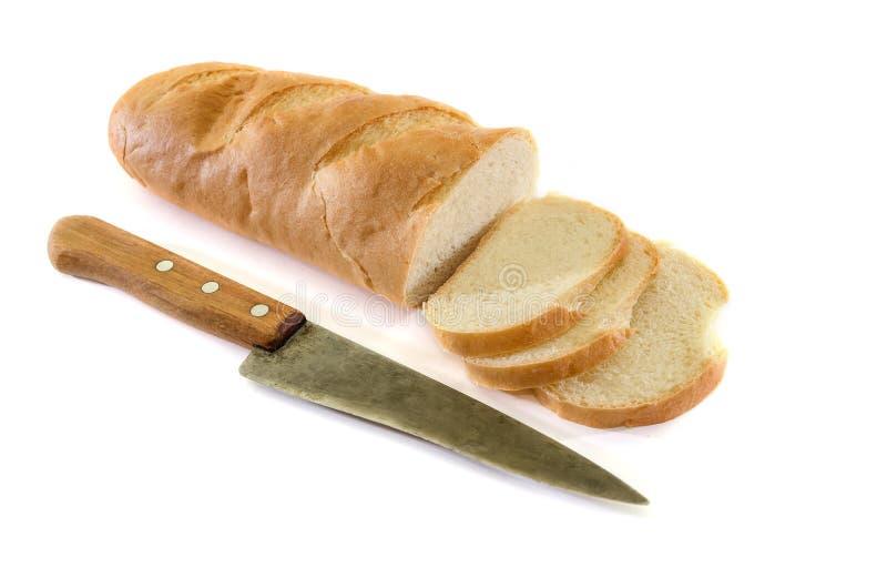 在白色背景和刀子隔绝的大面包 可口乌克兰面包 被切的面包片 库存照片