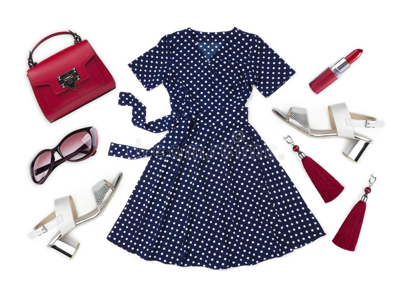 在白色背景和各种各样的女性辅助部件隔绝的夏天礼服 免版税库存图片