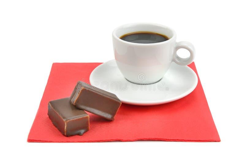 在白色背景和巧克力糖隔绝咖啡 免版税库存图片