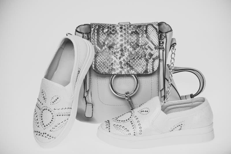 在白色背景和平的鞋子隔绝的袋子 免版税库存图片